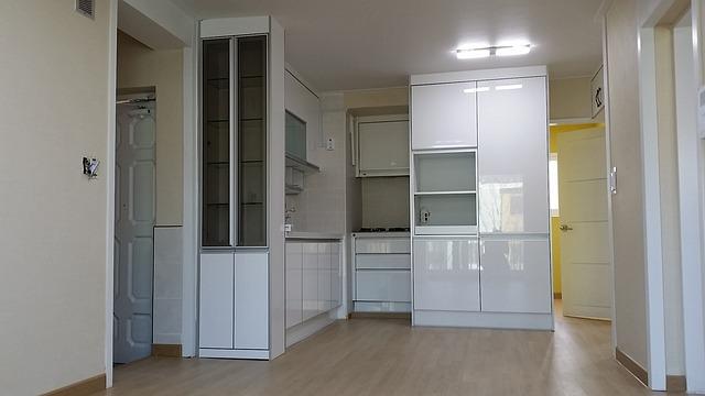 byt, malá bílá kuchyně