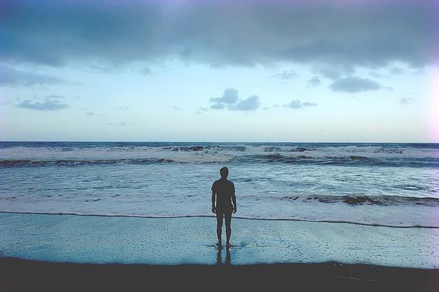 muž na pláži.jpg