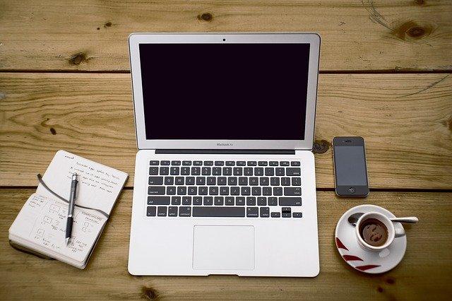 zápisník vedle notebooku