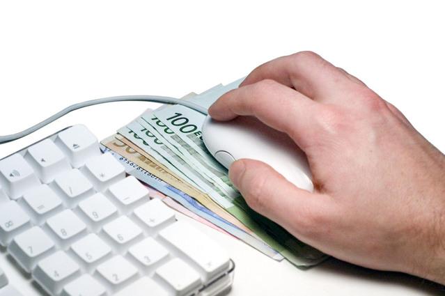 peníze sloužící jako podložka pod myš