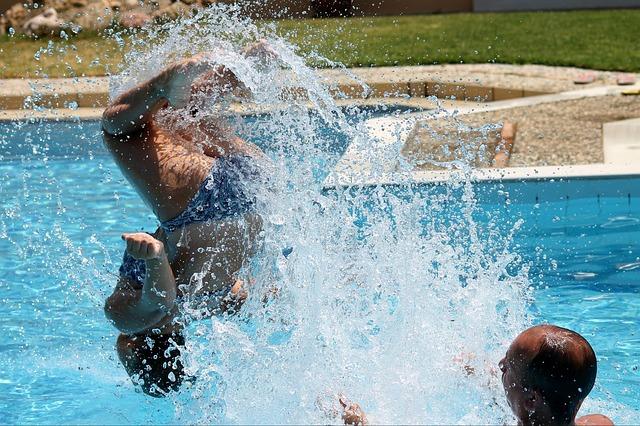 dovádění v bazénu